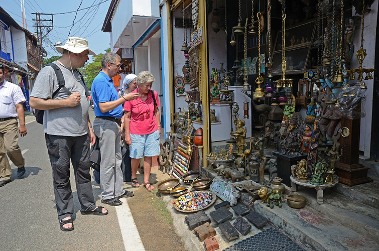 Touristen bestaunen Souvenire in Kochi
